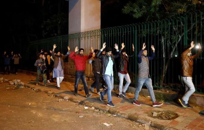 Des étudiants quittent l'université musulmane de Jamia Millia après les manifestations le 15 décembre à New Delhi.