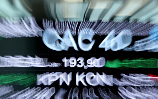 Le CAC 40 parmi les symboles boursiers affichés au siège de la Bourse paneuropéenne Euronext, dans le quartier de la Défense, près de Paris, le 27 avril 2018.