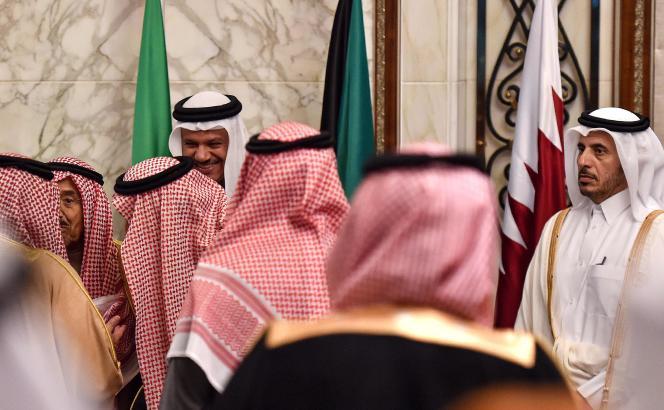 Le premier ministre qatari, Abdallah Ben Nasser Al-Thani (à droite), au sommetdu Conseil de coopération du Golfe (CCG), à Riyad, le 10 décembre.