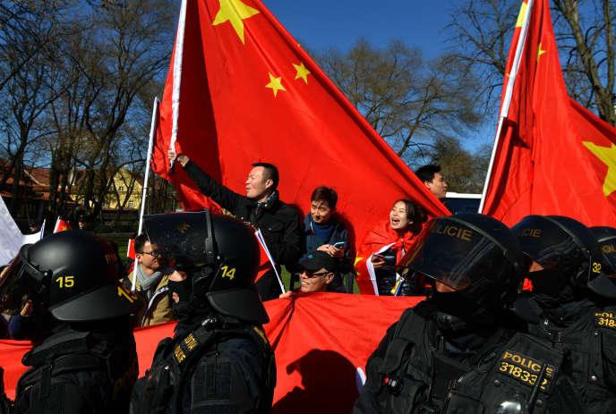 Des membres de la communauté chinoise de Prague, sympathisants du régime communiste, lors d'une visite officielle de Xi Jinping, en mars 2016.
