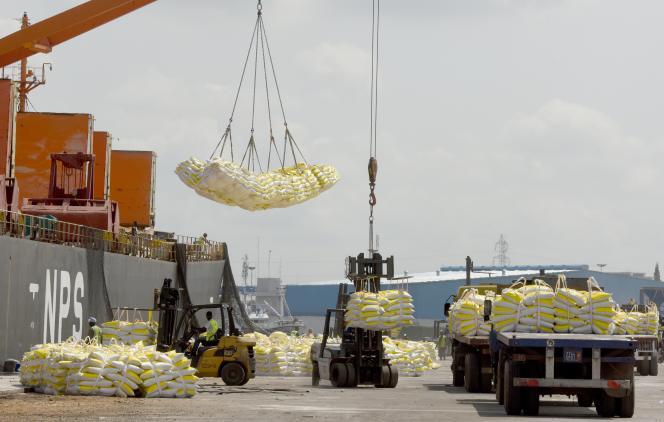 Importation de riz asiatique dans le port d'Abidjan, en mars 2019.