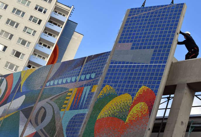 Assemblage de la mosaïque «La relation de l'homme à la nature et à la technique» de l'artiste espagnol Josep Renau, le 29 octobre à Erfurt (Allemagne).