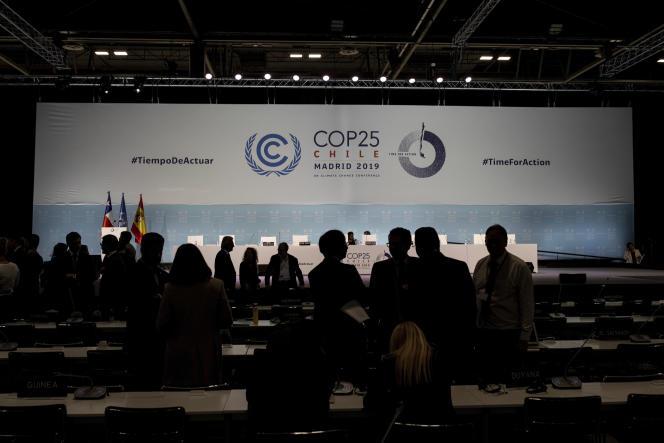 Les membres de la COP25 discutent avant la clôture de la conférence, le 15 décembre à Madrid.