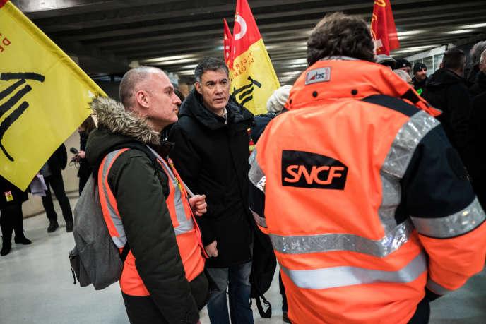 Le 16 decembre 2019 , des figures de la gauche viennent saluer les grevistes de la gare de Lyon. Ici le Premier secretaire du Parti socialiste Olivier Faure avec des cheminots.