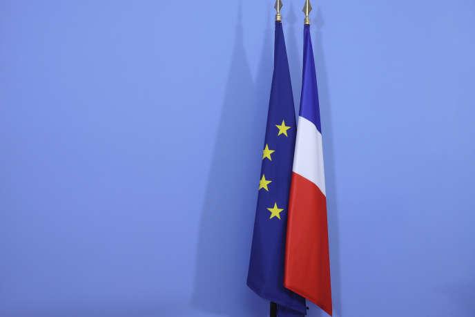 Les drapeaux français et européen en avril 2017 à Paris.