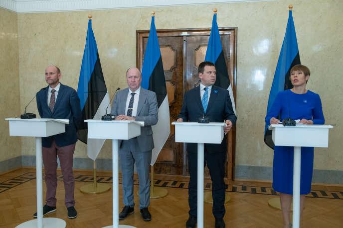 Le chef de file du parti Isamaa, Helir-Valdor Seeder, le président du parti EKRE Mart Helme, le premier ministre estonien Juri Ratas et la présidente Kersti Kaljulaid à Tallinn, le 24 avril.