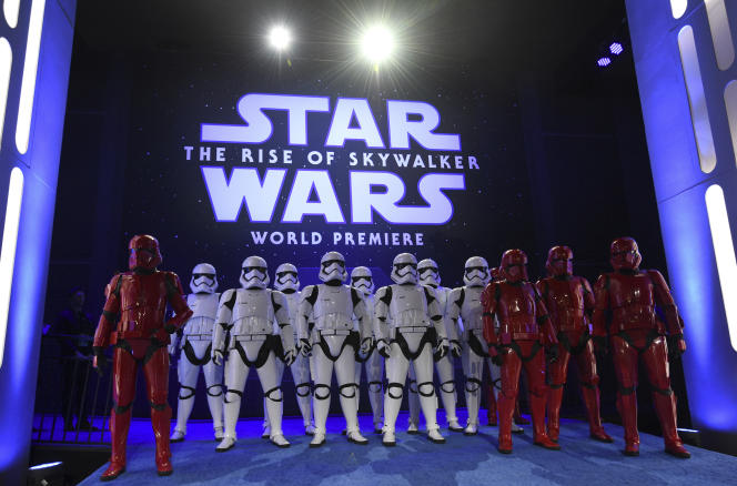 Des stormtroopers posent lors de la première mondiale de