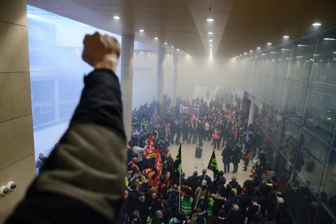 Paris France le 17 décembre 2019 / rassemblement intersyndicale à la maison de la RATP en face de la Gare de Lyon. Quelques centaines de manifestants chantent dans le Hall de la RATP.