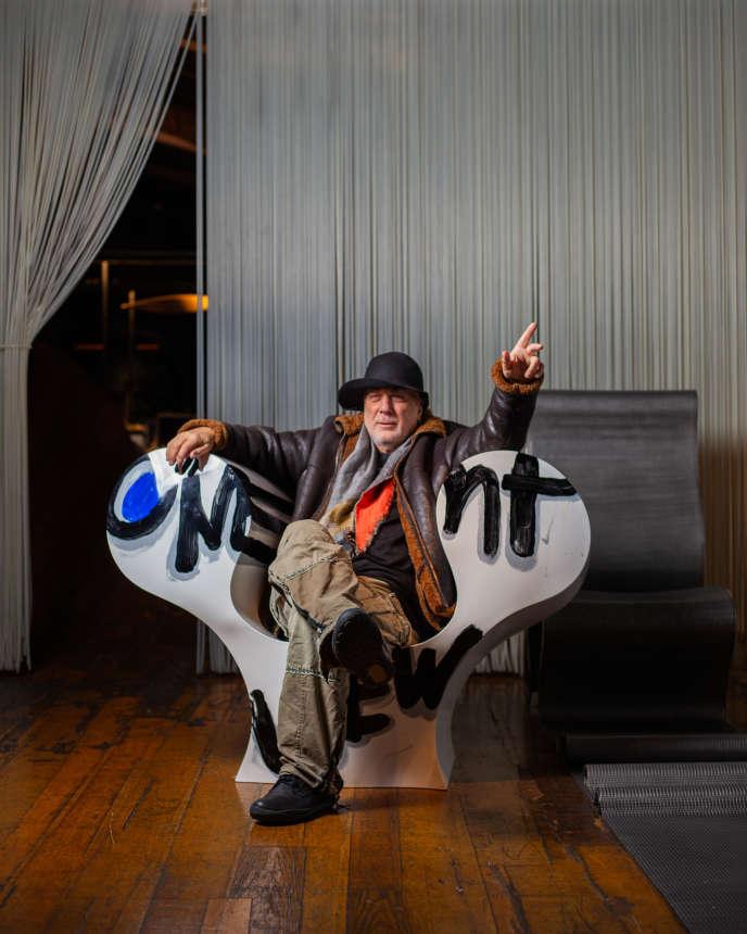 Le designer Ron Arad dans le fauteuil Only One Point of View (2019) dans son atelier sur Chalk Farm, à Londres, le 12 décembre 2019.