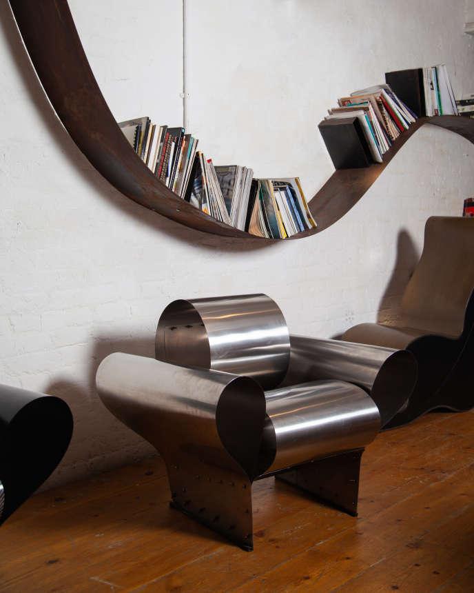 La célèbre bibliothèque Bookworm (1993), serpent d'acier au mur, et le non moins célèbre fauteuil Well tempered chair (1986), dans l'atelier-showroom de Ron Arad.