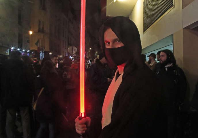 Un fan costumé à Paris, avant la toute première séance du dernier épisode de «Star Wars».
