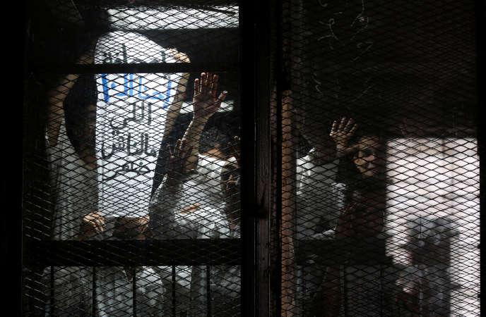Le photojournaliste Mahmoud Abou Zeid, dit Shawkan (à droite), incarcéré au Caire.
