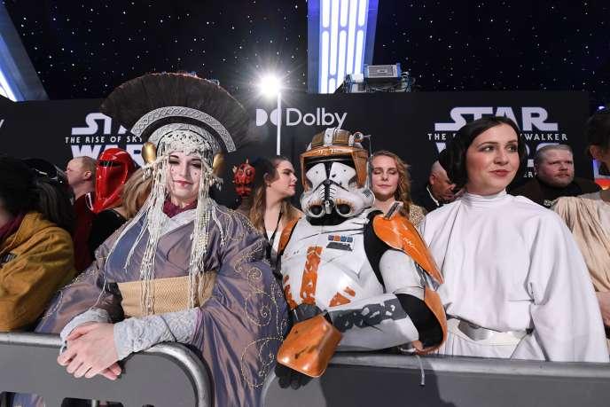 Des fans en costumes Star Wars assistent à la première mondiale de Star Wars: Rise of Skywalkerau Théâtre chinois de Grauman à Hollywood, le 16 décembre 2019.