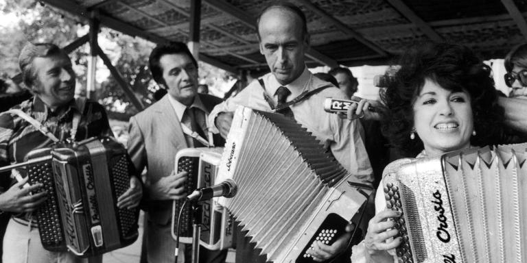 Minister Valéry GISCARD D'ESTAING  playing accordion with, from left to right AIMABLE, André VERCHUREN and Yvette HORNER at the Festival de Montmorency on June 25, 1973. Le Ministre Valéry GISCARD D'ESTAING jouant de l'accordéon avec, de gauche à droite, AIMABLE, André VERCHUREN et Yvette HORNER, au festival de Montmorency, le 25 juin 1973.