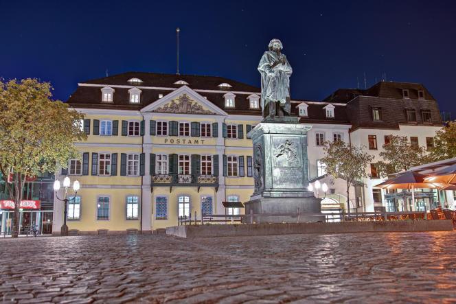 Beethoven trône au beau milieu de la Münsterplatz, à Bonn.