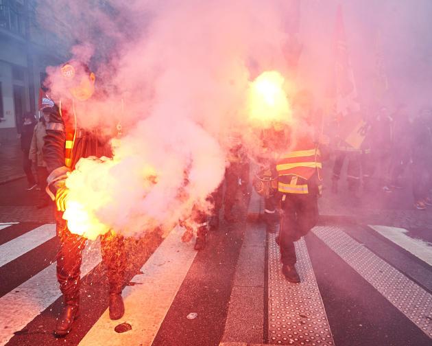 Des pompiers défilent à Rennes.