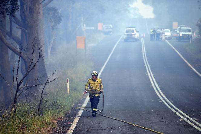 Plus de 2000pompiers combattent les incendies, avec le renfort d'équipes canadiennes et australiennes ainsi que de militaires. Ici àDargan, le 18décembre.
