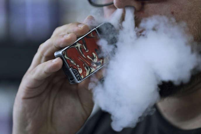 Un homme utilise une cigarette électronique, le 4 octobre 2019.