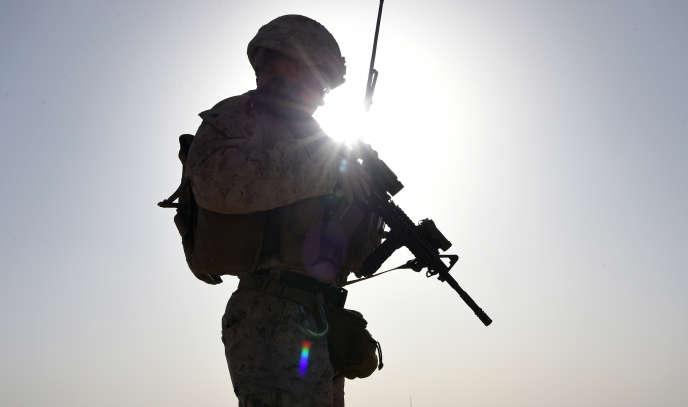 Un marine américain observe les commandos afghans prendre part à un exercice de combat dans la province d'Helmand en août 2017.