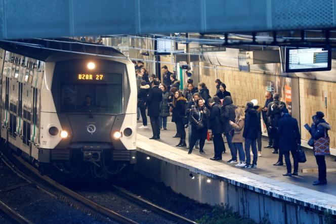 Des usagers prennent le RER D à Fontenay-sous-Bois, le 18 décembre.