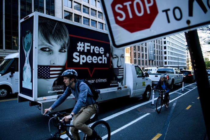 Photo prise àWashington, DC le 16 avril 2019, avec une affiche montrantChelsea Manning etJulian Assange, pour une campagne de protestation