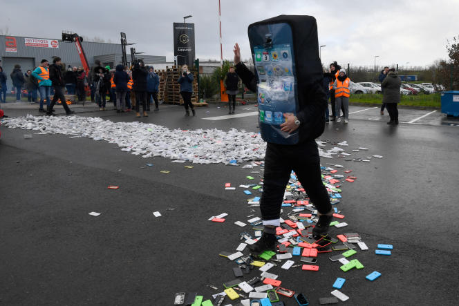 Destruction de smartphones, lors d'une manifestation de salariés de Remade, à Poilley (Manche), le 13 décembre.