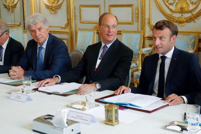 Larry Fink (au centre), patron de BlackRock, le premier gestionnaire d'actifs au monde avec 6 230 milliards d'euros et le président de la République, Emmanuel Macron, à l'Elysée, le 10 juillet.