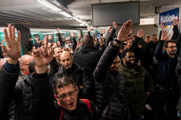 A Paris, assemblée générale des conducteurs RATP des lignes 6, 9 et 3, sur les quais de la station de métro Nation. Ils votent à main levée pour reconduire la grève jusqu'au vendredi 20 décembre.