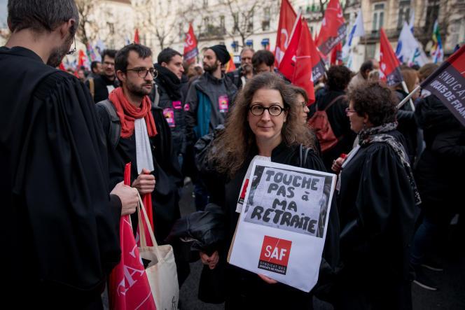 Des avocats manifestent contre la réforme des retraites à Paris, le 17 décembre.