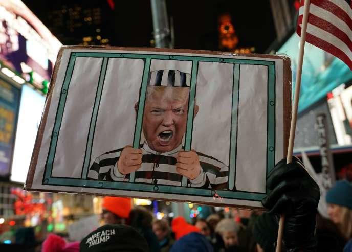 Environ 1000 manifestants se sont réunis le 17 décembre dans Times Square (New York) pour demander la destitution de Donald Trump.