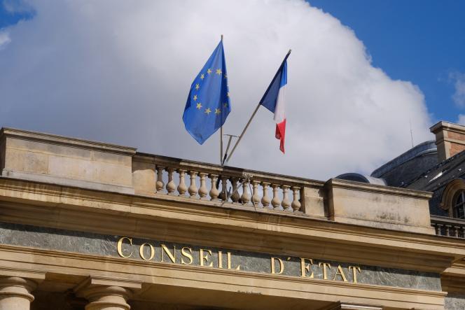 « Dans un premier temps, cette décision a été suspendue par un recours auprès du Conseil d'Etat, qui finalement vient de trancher en faveur de l'Agessa» (Fronton du Conseil d'Etat, à Paris).