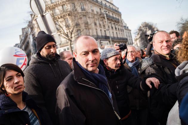 Le secrétaire général de la CFDT, Laurent Berger, vient à la rencontre de militants dans la manifestation parisienne.