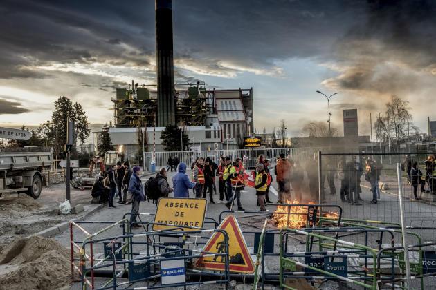 A Lyon, des manifestants bloquent le port Edouard-Herriot, dans le quartier de Gerland.