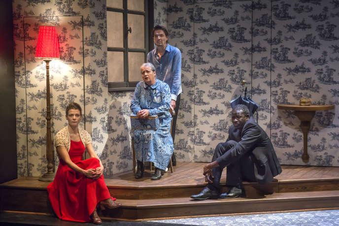 De gauche à droite : Anna Cervinka (en rouge), Claude Mathieu et Pierre Louis-Calixte (au milieu en bleu) et Bakary Sangaré (en noir) dans «La Conférence des objets»au Studio de la Comédie-Française, à Paris, le 26 novembre 2019.