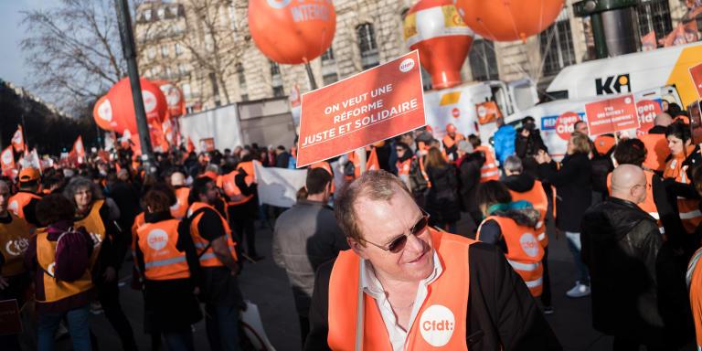 © Julien Muguet pour Le Monde, Paris, France le 17 decembre 2019 - Troisieme journee de mobilisation contre la reforme des retraites. Un manifestant CFDT tient une pancarte lisant