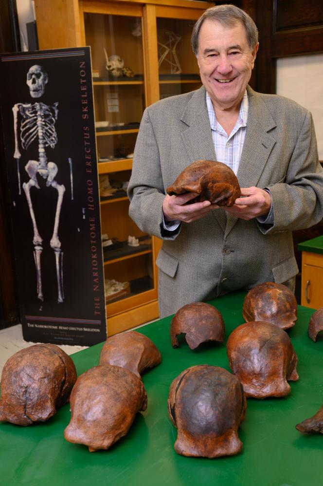 Russell Ciochon (Université de l'Iowa) avec des moulages de crânes d'«Homo erectus» de Java dont son équipe a précisé la datation.