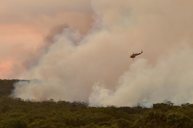 Un hélicoptère déverse de l'eau au-dessus d'un incendie à Bargo, à 150 kilomètres au sud de Sydney, le 19 décembre.