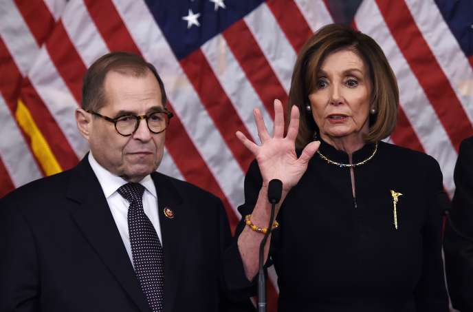 La « speaker» démocrate de la Chambre des représentants, Nancy Pelosi, et le président de la commission judiciaire, Jerry Nadler, le 18 décembre, à Washington.