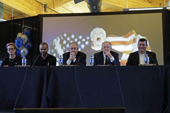 De gauche à droite, la joueuseMegan Rapinoe, l'ancien joueur NBATony Parker, le conseiller du président lyonnais Gérard Houllier, le président de l'OL, Jean-Michel Aulas, et Bill Predmore, ex-propriétaire de la franchise du Reign FC de Seattle, le 19décembre.