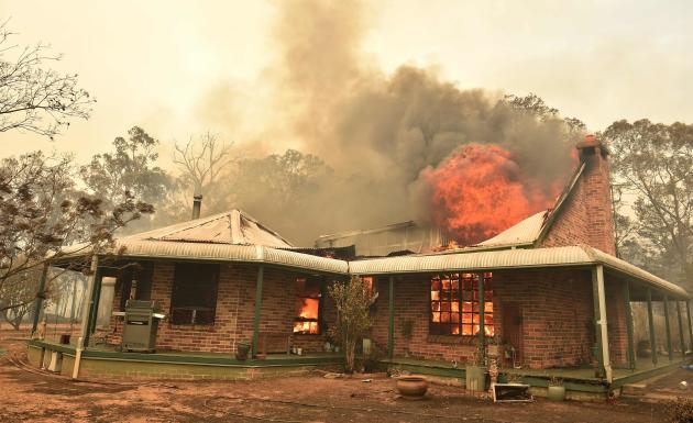 Une maison est dévorée par les flammes, à Balmoral, au sud de Sydney. Plus de 800 habitations ont été détruites rien qu'en Nouvelle-Galles du Sud, l'Etat australien le plus peuplé.