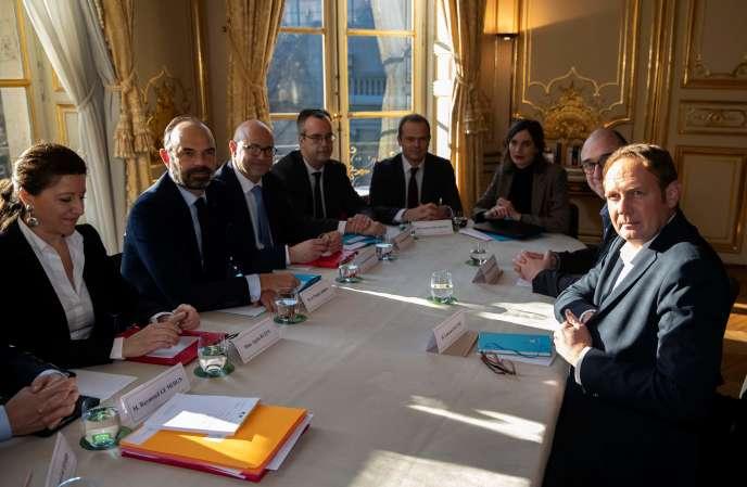Le premier ministre Edouard Philippe (à gauche) et le secrétaire général de l'UNSA Laurent Escure (en face, à droite) à Matignon le 18 décembre, lors d'une réunion sur la réforme des retraites.