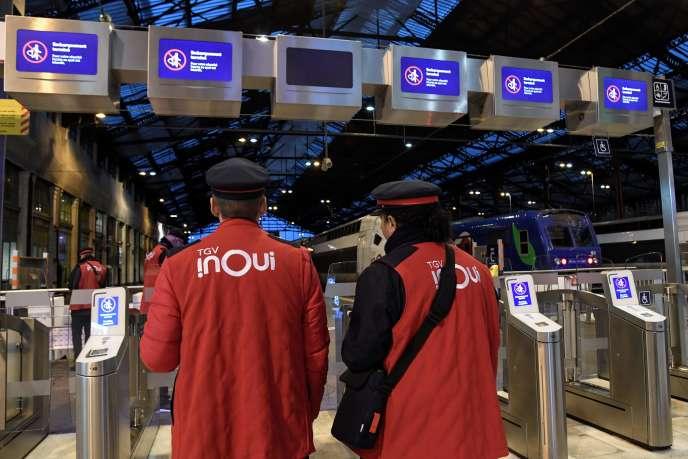 Des agents de la SNCF gare de Lyon, à Paris, le 12 décembre 2019.