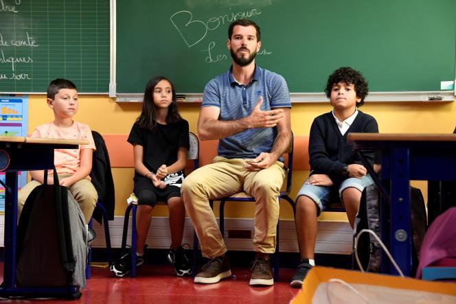 Un instituteur dans une classe à Clichy-la-Garenne (Hauts-de-Seine), le 2 septembre.