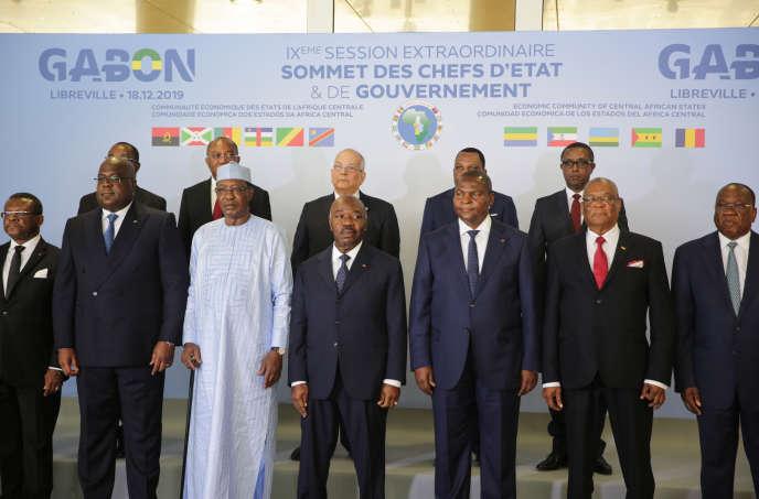 Au premier plan et de gauche à droite, les présidents de la RDC Félix Tshisekedi, tchadien Idriss Déby, gabonais Ali Bongo, centrafricain Faustin-Archange Touadera, et santoméen Evaristo Carvalho, à Libreville, le 18 décembre 2019.
