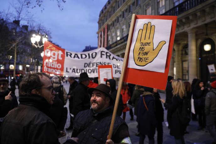 Des employés de Radio France manifestent devant le ministère de la culture, à Paris, le 29 novembre.