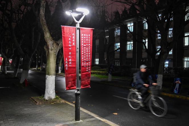 Sur le campus de l'université Fudan à Shanghai (Chine),une bannière appelle à adhérer à la philosophie politique du président chinois Xi Jinping, le 18 décembre 2019.