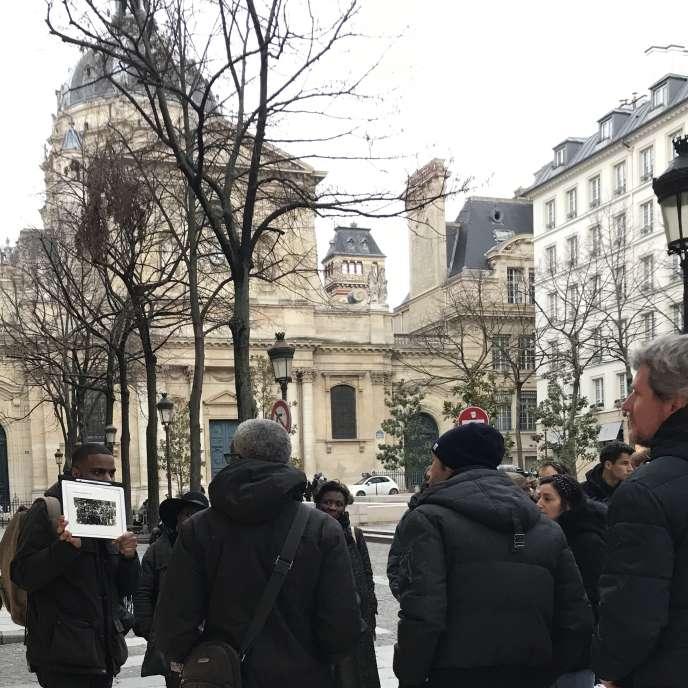 Kévi Donat, qui a créé les visites touristiques du Paris noir en 2013, devant la Sorbonne, à Paris, en décembre 2019.