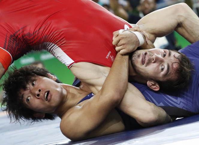 Le lutteur français Zelimkhan Khadjiev, en rouge, lors des Jeux olympiques de Rio, en 2016.