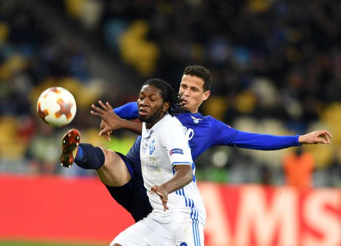 Dieumerci Mbokani lors d'un match entre le Dynamo de Kiev et la Lazio de Rome, à Kiev, le 15 mars 2018.