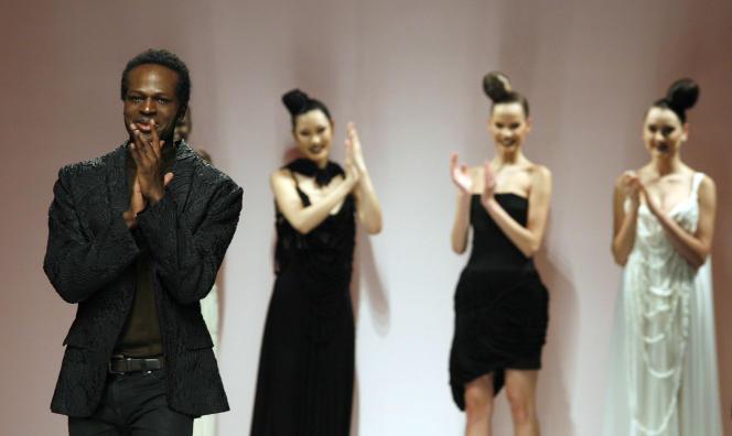 Le styliste Imane Ayissi (à gauche) lors d'un défilé haute couture printemps-été à Rome, en février 2009.